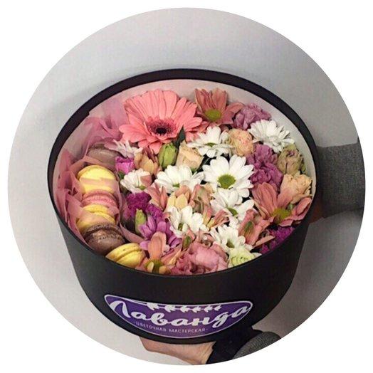 Сладкая коробка с макарони Бриз: букеты цветов на заказ Flowwow