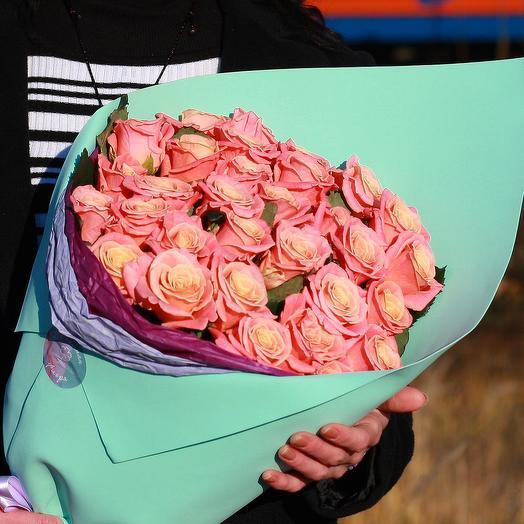 Букет из 31 коралловой розы в дизайнерской упаковке: букеты цветов на заказ Flowwow