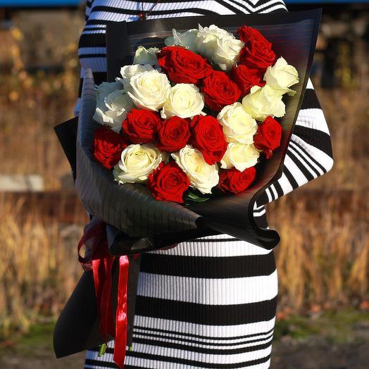 Букет из красной и белой розы в дизайнерской упаковке: букеты цветов на заказ Flowwow