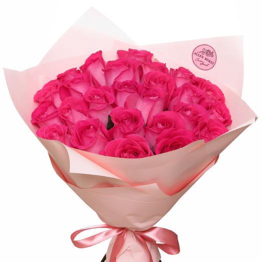 25 ярко розовых роз в матовой бумаге: букеты цветов на заказ Flowwow