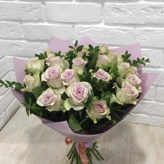 Букет сиреневых роз с зеленью