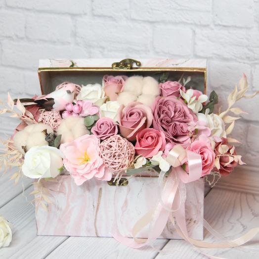 """Композиция """"Сундочок счастья"""": букеты цветов на заказ Flowwow"""