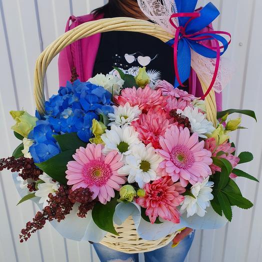 Большая корзина с живыми цветами