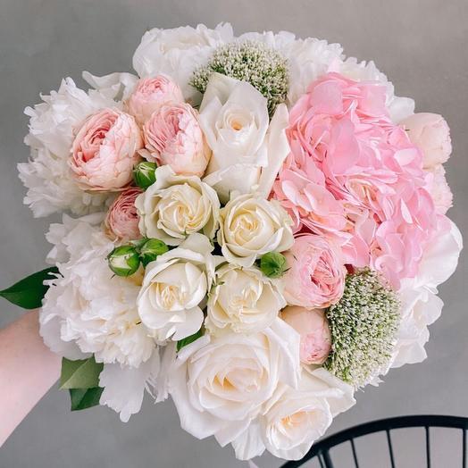 Невероятно нежный букет с гортензией и ароматными розами Вайт о хара