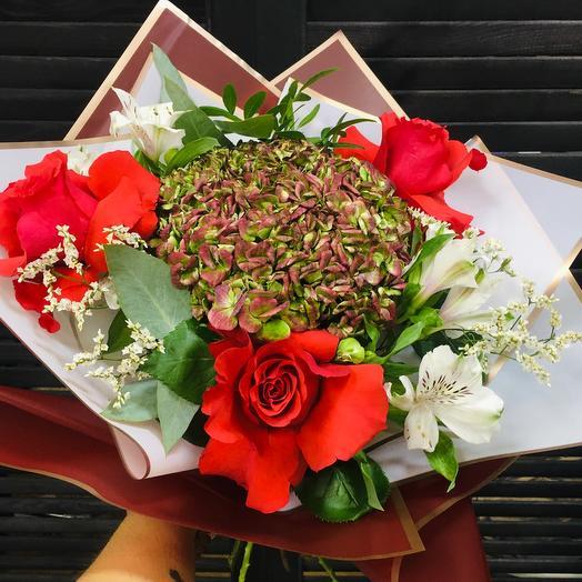 Букет с гортензией, розой и альстромерией