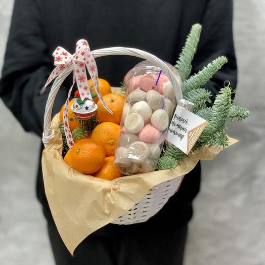 Подарочная корзинка с Безе ручной работы и мандаринами