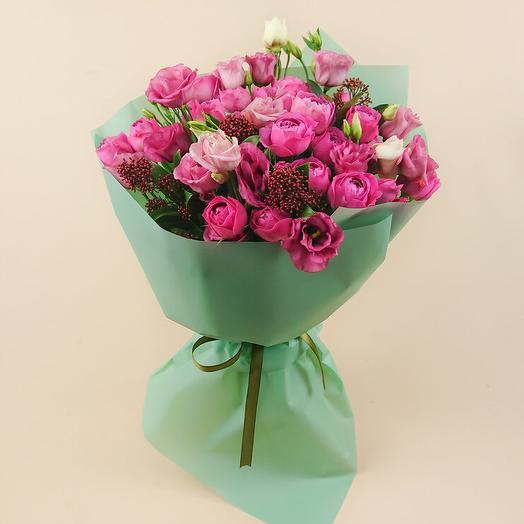 Букет с пионовидными спрей-розами и скиммией (108)
