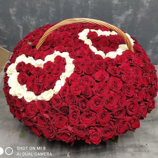 Корзина с розами и сердце 201штук