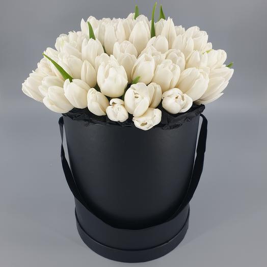 Белоснежные тюльпаны в шляпной коробке