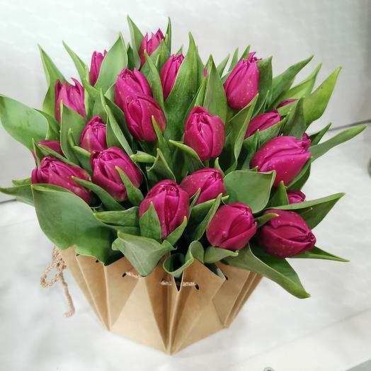 25 тюльпанов в крафтовой вазе