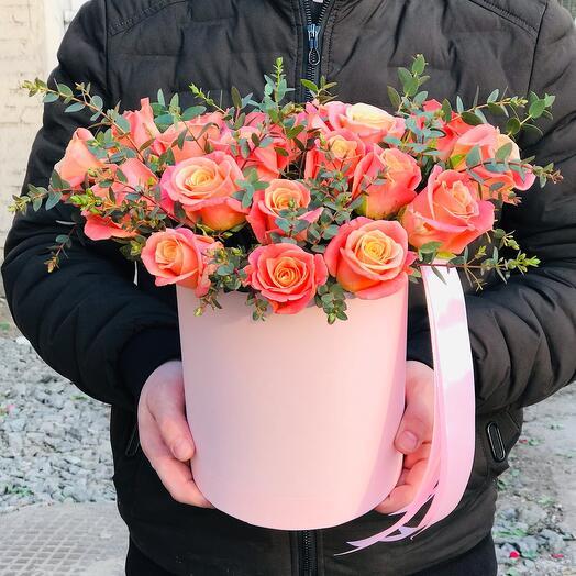 Персиковые Розы в коробочке с эвкалиптом