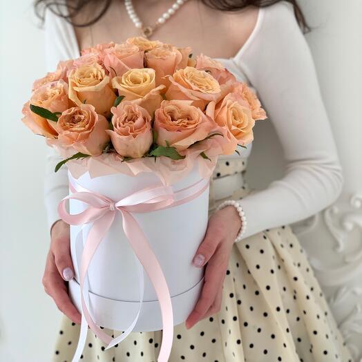 Букет из 23 персиковых пионовидных роз Эквадор в белой шляпной коробке