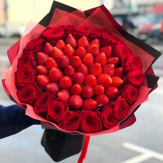 Клубничный букет витаминный с розами