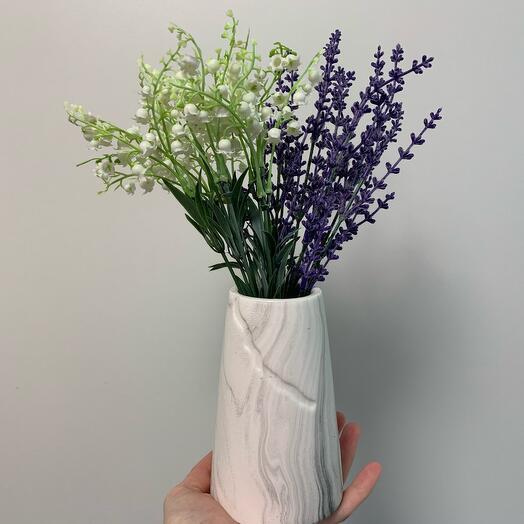 Ландыши и лаванда в мраморной вазе