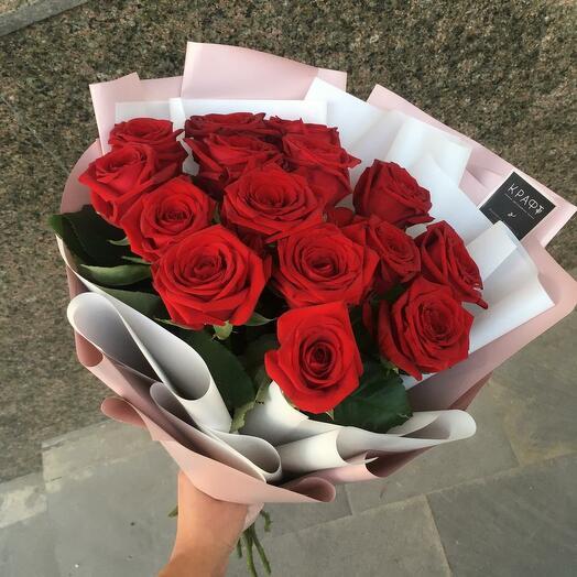 15 красных роз+ клубника в подарок