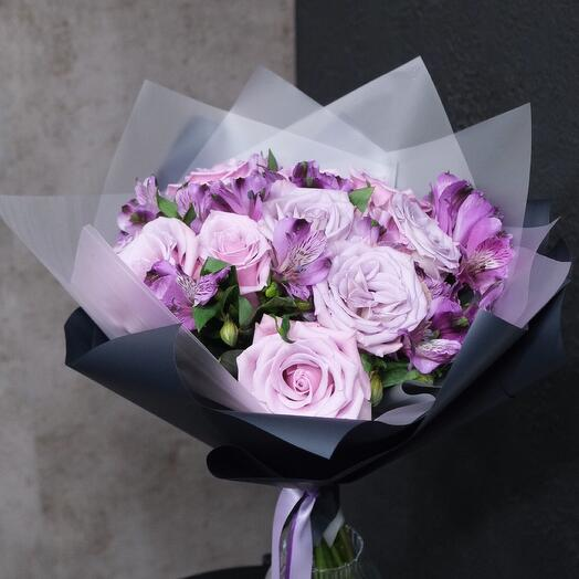 Букет из лиловых роз и альстромерий