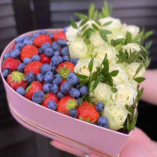 Сердце с розами и ягодами