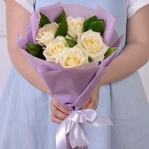 Букет комплимент  из 5 роз Кения в оформлении