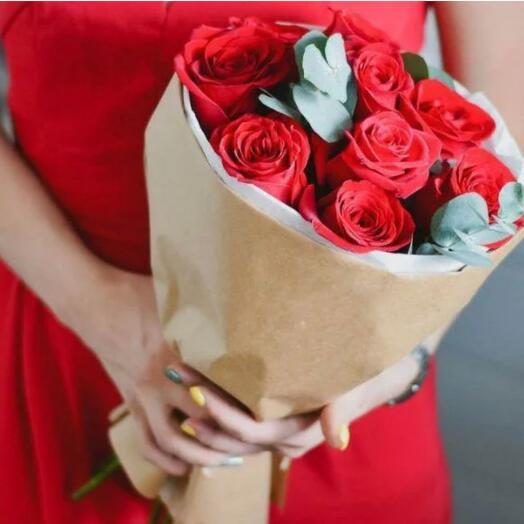 Красные розы с эакалиптом