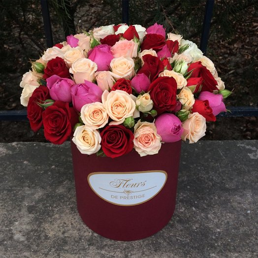 Кустовые розы в коробке