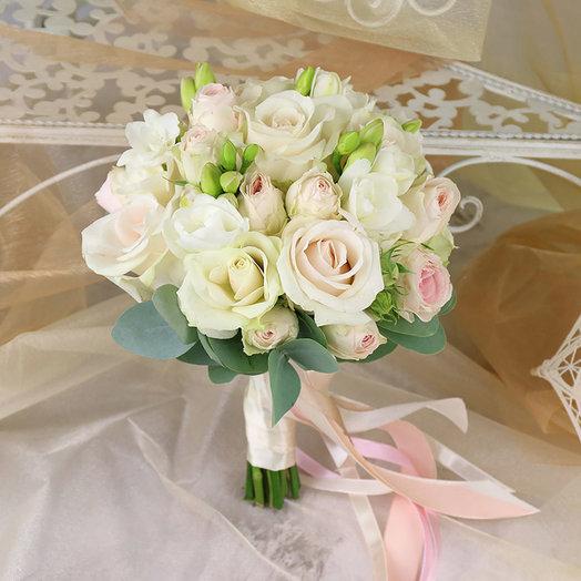 Букет невесты кустовых роз и фрезии