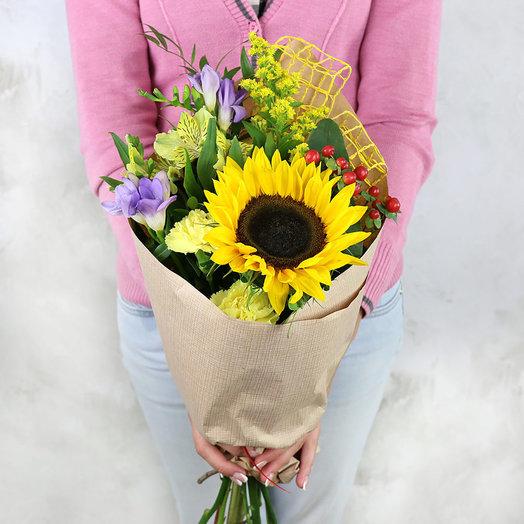 Букет из фрезии альстромерии и подсолнуха в крафте: букеты цветов на заказ Flowwow