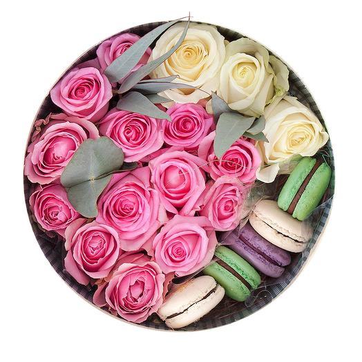 КОРОБКА С ЦВЕТАМИ И МАКАРУНАМИ МАЛАЯ: букеты цветов на заказ Flowwow