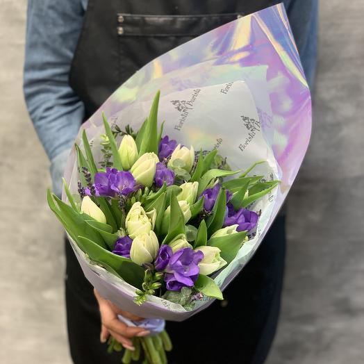 Весенняя нежность, из белоснежных Тюльпанов и душистой фрезии: букеты цветов на заказ Flowwow