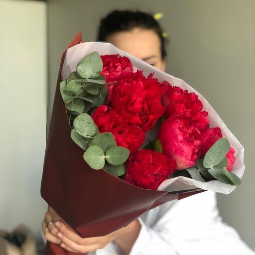 Роскошные пионы с эвкалиптом: букеты цветов на заказ Flowwow