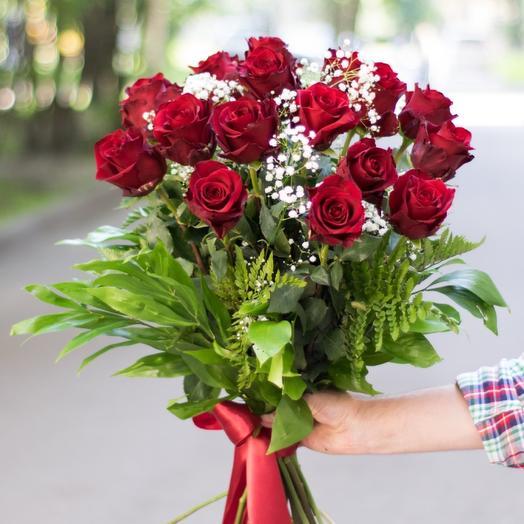 Букет из бордовых роз в зелени