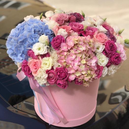 Большая шляпная коробка цилиндр с гортензиями и пионовидными розами Мисти баблс