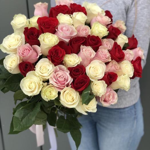 Букет из красных, белых и розовых роз Бабочки внутри меня из 51 розы