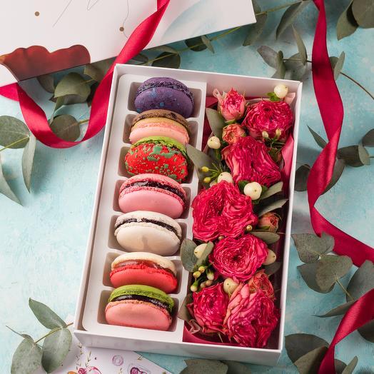 Подарочный набор 7 макарон и живые цветы