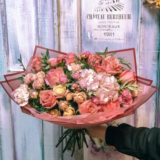 Букет пионовидных роз с гортензией
