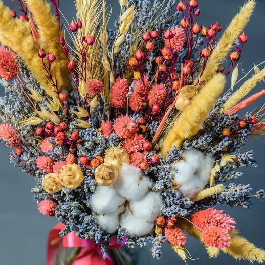 Раскидистый букет из лаванды и сухоцветов с хлопком