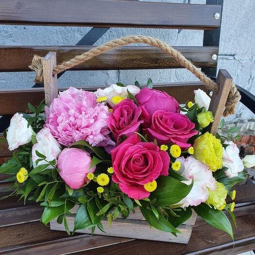 Ящичек дня с пионами и розой