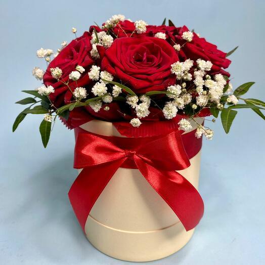Коробка с бордовыми розами Ред Наоми