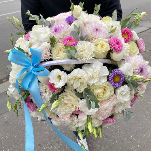 Корзина с роскошными цветами