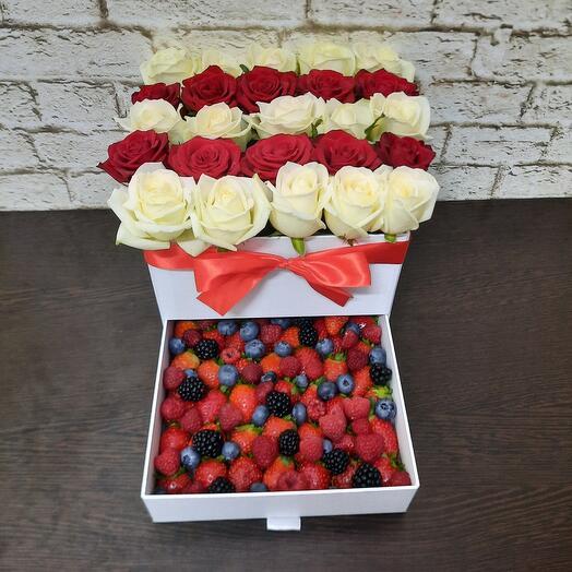 Шкатулка с цветами и ягодами