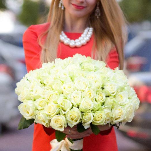 Букет из 51 белой местной розы 70 см: букеты цветов на заказ Flowwow