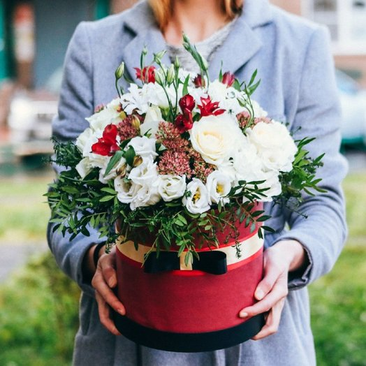 Шляпная коробка в красных тонах: букеты цветов на заказ Flowwow
