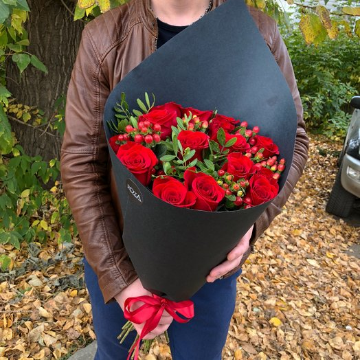 Bouquet of roses with Hypericum