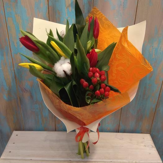 Букет из тюльпанов и хлопка в стильной упаковке: букеты цветов на заказ Flowwow