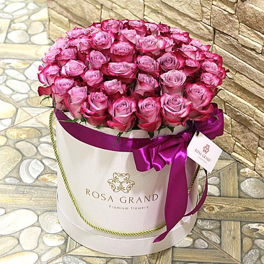 До 49 малиново-сиреневых эквадорских роз в белой коробке: букеты цветов на заказ Flowwow