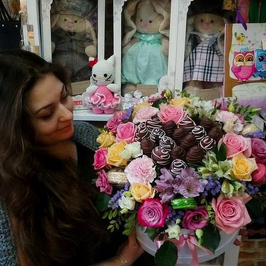 Коробка с клубникой и макаронсами: букеты цветов на заказ Flowwow