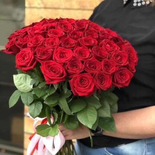 59 бордовых роз