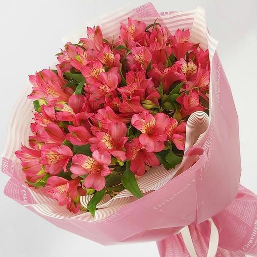 9 ярко-розовых альстромерий с оформлением