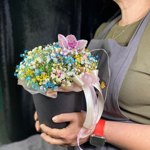Шляпная коробка с радужной гипсофилой и орхидеей