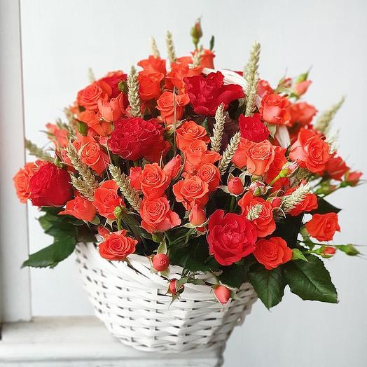 Оранжевая корзина с розами