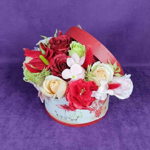Красная композиция из мыльных цветов в коробке средняя